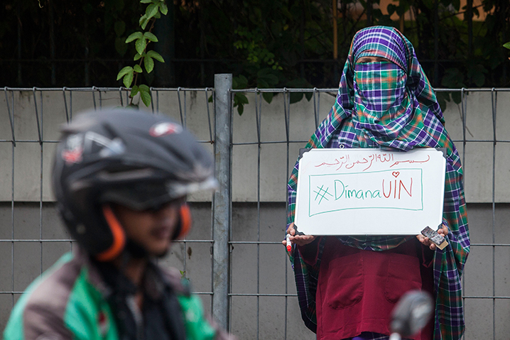 A student wearing a niqab face veil stages a protest against the ban on wearing niqabs on university grounds at the Sunan Kalijaga State Islamic University